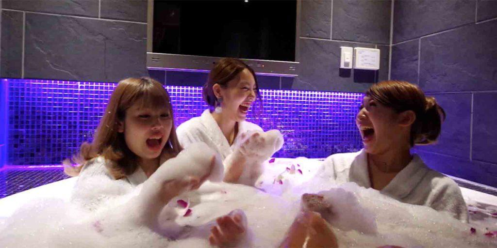 ホテルノーブルのお風呂で泡風呂を楽しむ女性3人